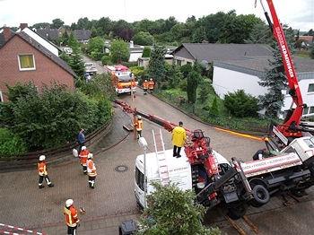 Der umgestürzte Kranausleger beschädigte einen Lieferwagen. Foto: Feuerwehr Braunschweig