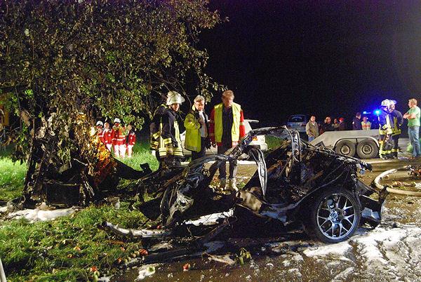 Tödlicher Verkehrsunfall zwischen Weilheim und Neidlingen (Kreis Esslingen). Zwei junge Menschen starben in diesem Mitsubishi Lancer. Foto: Oskar Eyb