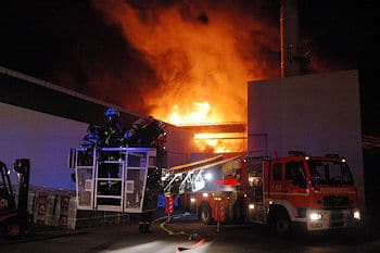 Großbrand in Pinneberg: Eine Halle brannte in der Nacht ab. Foto: KFV Pinneberg