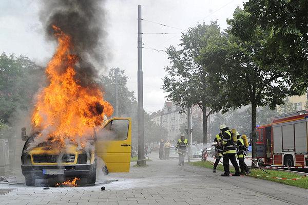 Mitten in München brennt ein Pakettransporter völlig aus. Foto: BF München
