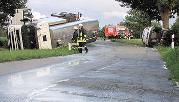 Aus einem verunglückten Tankwagen läuft Milch aus. Foto: Holger Bauer