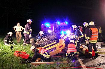 Unfall bei Freudenberg: Zwei Menschen sind unter einem Sportwagen eingeklemmt. Foto: Henning Prill