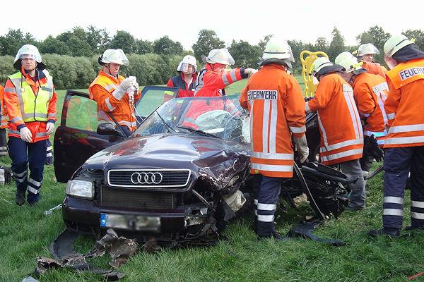 Der eingeklemmte Audi-Fahrer wird nach einem Unfall bei Regesbostel aus seinem Fahrzeug befreit. Foto: Köhlbrandt/Feuerwehr