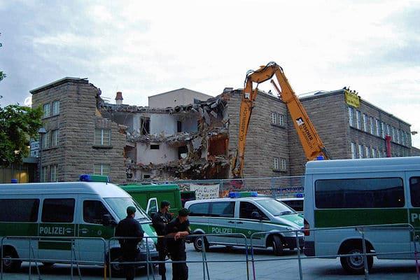 """Abriss des Hauptbahnhofs Stuttgart - das Gebäude weicht für das Projekt """"Stuttgart 21"""". Die Arbeiten werden von erheblichen Protesten begleitet. Foto: Oskar Eyb"""