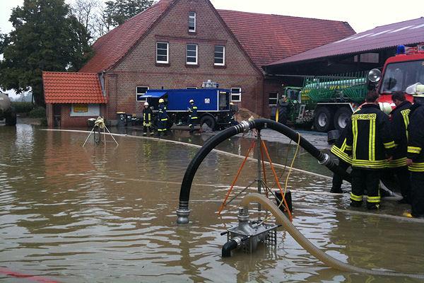 """Hochwasser nach Starkregen: Feuerwehr und THW im gemeinsamen Einsatz nach dem Unwetter durch das Tief """"Cathleen"""". Foto: THW"""