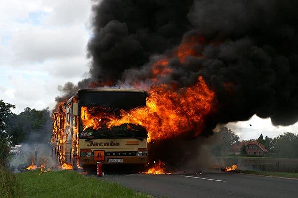 Nichts mehr zu machen: Innerhalb weniger Minuten steht dieser Schulbus bei Halbemond nahe Norden in Vollbrand. Foto: Thomas Weege