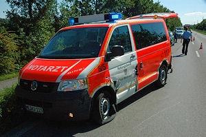 Nach Unfall bei Einsatzfahrt vermutlich ein Totalschaden: NEF der Feuerwehr Ratingen. Foto: BF Ratingen