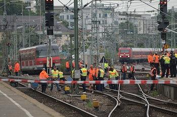 Hauptbahnhof Stuttgart: S-Bahn entgleist. Bahnmitarbeiter und Bundespolizisten sichern die Unfallstelle. Foto: Oskar Eyb