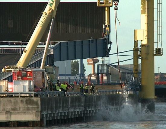 Lkw in Hafenbecken. Foto: NonstopNews