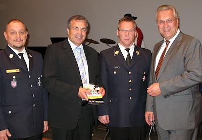 """Präsentation des """"Haix Fire Hero Awards"""" (von rechts): Bayerns Innenminister Joachim Herrmann, LFV-Vorsitzender Alfons Weinzierl, Haix-Chef Ewald Haimerl und LFV-Geschäftsführer Uwe Peetz. Foto: Haix"""