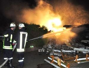 Brandbekämpfung nach Explosion. Foto: Holger Bauer