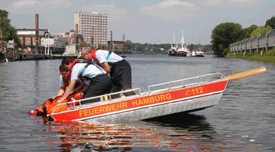 Für die Eisrettung entwickelte die FF Finkenwerder (HH) zusammen mit einer ortsansässigen Bootswerft ein eigenes Rettungsgerät. Foto: Preuschoff
