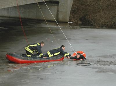 Ein 14-Jähriger bricht am alten Hafen in Norden (NI) im Eis ein – an einer schwer zu erreichenden Stelle. Foto: Ostfriesen-Zeitung
