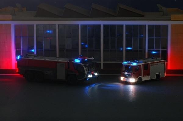 Der Panther 6x6 und das LF 10/6 von Wiking als ferngelenkte Modelle mit zahlreichen Lichteffekten. Foto: Olaf Preuschoff