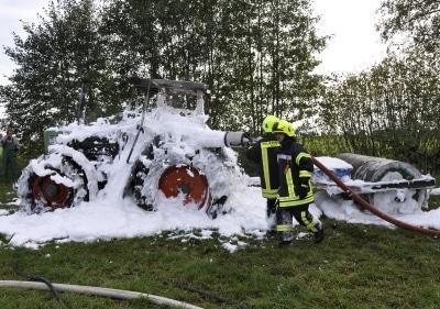 Traktorbrand mit Schaum gelöscht. Foto: Kreisfeuerwehrverband Segeberg