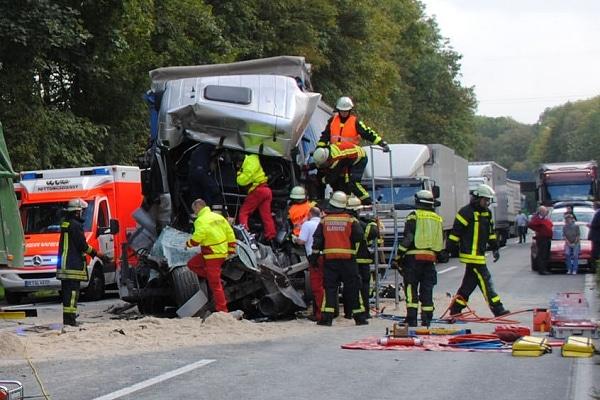 Rettungsmaßnahmen nach Lkw-Unfall. Foto: Guido Bludau