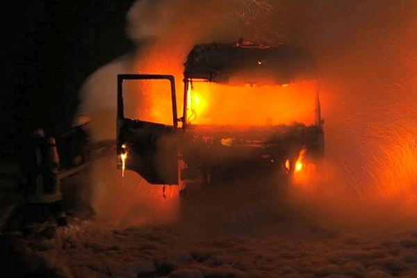 Massiver Schaumangriff bei Lkw-Brand. Foto: Oliver Ehrenburger / Feuerwehr