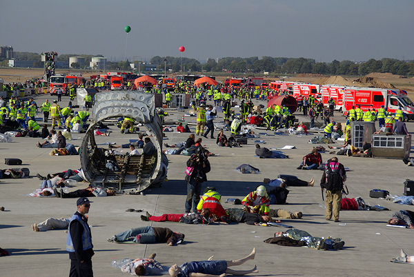 Flughafen Frankfurt: Rund 1.500 Einsatzkräfte und 500 Verletztendarsteller wirkten am Samstag bei einer Großübung mit. Foto: wiesbaden112.de