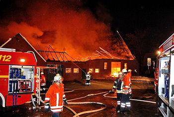 Großbrand in Samern (Grafschaft Bentheim): Der Besitzer des Hofes wird später tot im Gebäude aufgefunden. Foto: Stephan Konjer