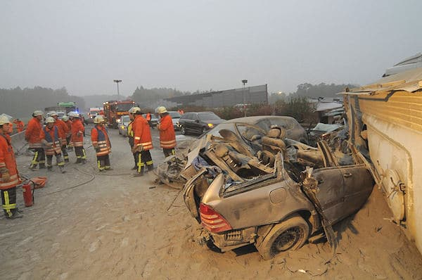 Tödlicher Unfall auf der A 81 bei Ehningen / Hildrizhausen: Vier Pkw rasten in einen umgestürzten Silozug. Foto: Oskar Eyb