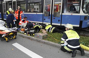 Unfall mit Tram in München: Die Feuerwehr befreit eine eingeklemmte 16-Jährige an der Kreillerstraße. Foto: BF München