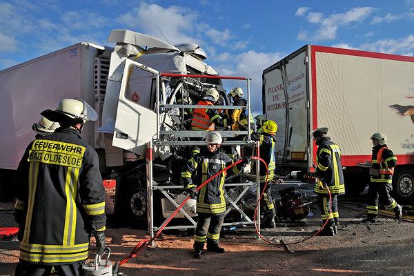Schwerer Lkw-Unfall auf der A 1 im Bereich Bargteheide / Bad Oldesloe: Ein Fahrer ist eingeklemmt. Foto: SH Presseservice
