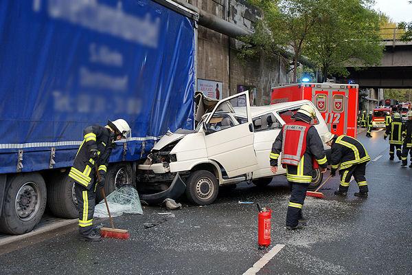 Unfall in der Lindberghstraße in Dortmund / Deusen: Ein fünfjähriger Junge erlitt bei dem Aufprall des VW Transporters auf einen Lkw schwerste Verletzungen. Foto: Magda