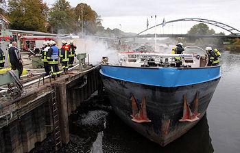 """Feuer in einem Schiff: In Lauenburg brennt die """"Irene Gerhart"""", ein Tankschiff. Foto: Timo Jann"""