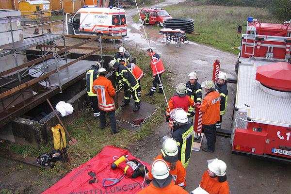 Die Feuerwehr retteten einen verunglückten 43-Jährigen in Verden-Walle aus einem Schacht. Foto: Michael Klöpper