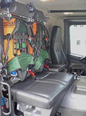 Zwei der sechs Pressluftatmer sind in die Sitzlehnen der Beifahrerseitze integriert. Foto: Norbert Merler/Feuerwehr