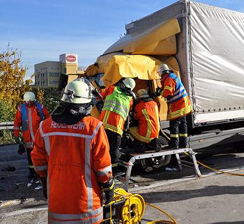 Schwerer Unfall auf der A 5 bei Bruchsal: Die Feuerwehr befreit einen eingeklemmten Fahrer. Foto: Heinold/Feuerwehr
