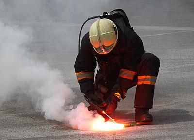 """Ein Feuerwehrmann löscht mit dem """"Einsatzlöscher Polizei Typ P 3.5"""" von CW Fire-Support eine Bengalische Fackel. Diese Löscher ist speziell für pyrotechnische Artikel entwickelte. Foto: Fichte"""