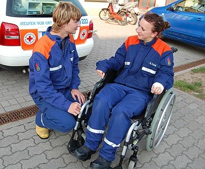 JF und DRK übten den Umgang mit Rollstühlen. Foto: Volz