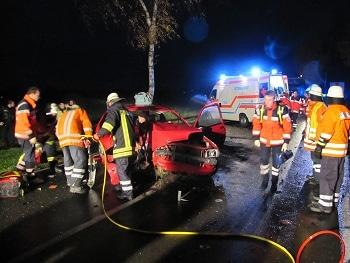 Schwerer Verkehrsunfall bei Emtinghausen - ein Pkw ist gegen einen Baum geprallt. Foto: Köster/Feuerwehr