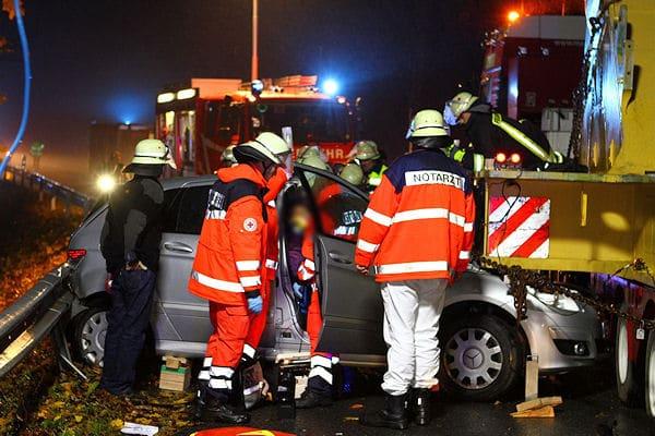 Schwerer Verkehrsunfall bei Hilchenbach / Lützel: Ein Mercedes ist gegen ein überstehendes Teil eines Schwertransportes geprallt. Die beiden Pkw-Insassen sind in ihrem Mercedes eingeklemmt. Foto: Kai Osthoff