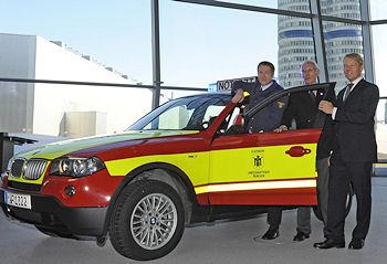 Neue NEF in  München: (v. l. n. r.) Christoph von Tschirschnitz, Dr. Wilfried Blume-Beyerle, Oberbranddirektor Wolfgang Schäuble.