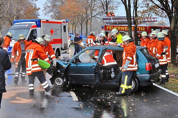 Verkehrsunfall in Nordhorn: Die Feuerwehr muss eine eingeklemmte Frau befreien. Foto: Stephan Konjer