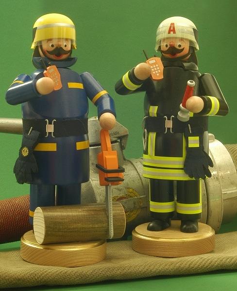 Einsatzbereit stehen THW-Helfer und Feuerwehrmann aus der Werkstatt von Eva Beyer rechtzeitig zu Weihnachten parat. Übrigens die einzigen Einsatzkräfte, die im Einsatz rauchen dürfen. Foto: Olaf Preuschoff