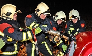 Brandweer bei Bergungsmaßnahmen. Foto: Konjer