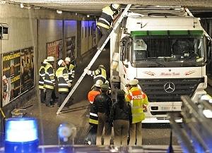 Sattelzug festgefahren. Foto: Feuerwehr München