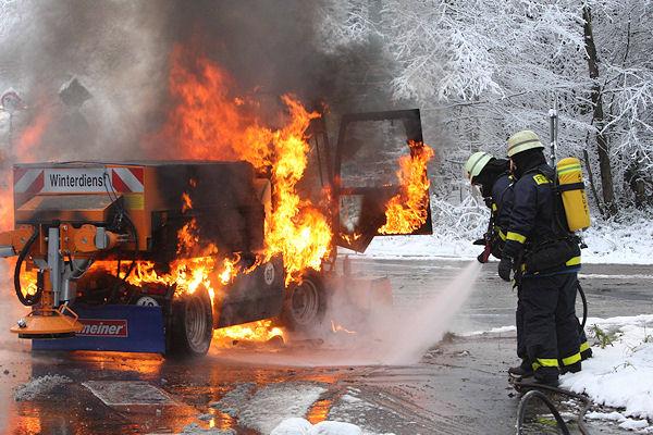 Ein Winterdienstfahrzeug brennt: Die Feuerwehr Aachen löscht den Brand. Foto: Roeger