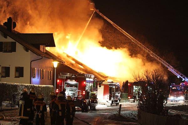 Großfeuer in Schalkham / Leberskirchen: Ein in Holzbauweise errichtetes Wohnhaus brennt völlig nieder. Foto: fib/Sobo