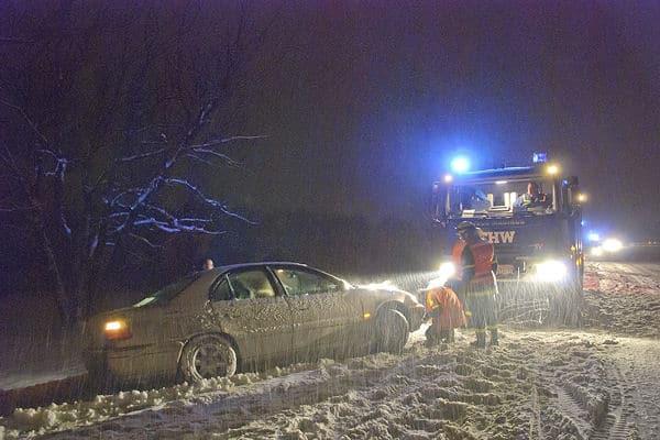 A 8 bei Aichelberg: Das Technische Hilfswerk birgt einen verunfallten Pkw. Foto: Oskar Eyb