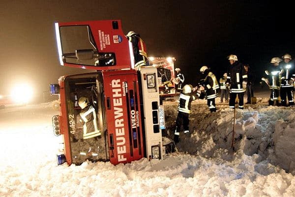 Unfall: Ein Fahrzeug der Feuerwehr Leichlingen ist am Sonntag auf einer schneebedeckten Straße verunglückt. Foto: Calico