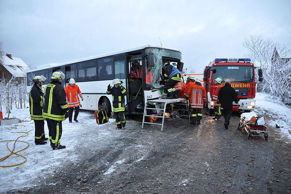 Busunglück: Der Fahrer dieses Linienbusses ist nach einem Unfall hinter seinem Steuer eingeklemmt. Foto: Polizei