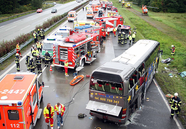 Der wohl schwerste Verkehrsunfall 2010: 14 Menschen starben im Oktober bei diesem Busunglück am Schönefelder Kreuz bei Berlin. Foto: Thomas Schröder