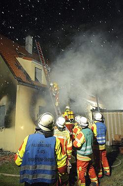 Brandursache Kerze auf Adventskranz: In Filderstadt / Bernhausen brannte am Montagmorgen ein Wohnhaus. Foto: Oskar Eyb