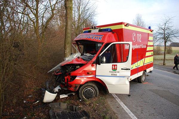 Rettungswagen verunglückt: Ein Mann hatte das Einsatzfahrzeug gestohlen, kurz darauf prallte der Sprinter gegen einen Baum. Foto: Polizei