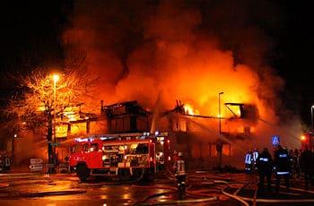 Großfeuer in Emden: Ein Bürokomplex wird völlig zerstört. Foto: blaulicht-emden.de