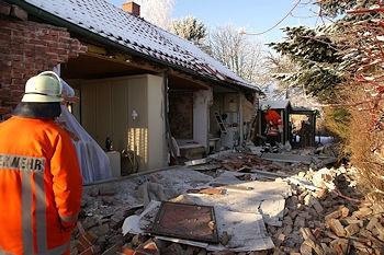 Explosion durch Gas in Marienhafe: eine Frau erlitt Verletzungen, das Gebäude wurde schwer beschädigt. Foto: Weege